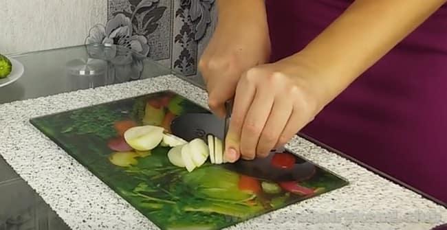 Для салата с черносливом и курицей и грибами лук надо нарезать полукольцами.