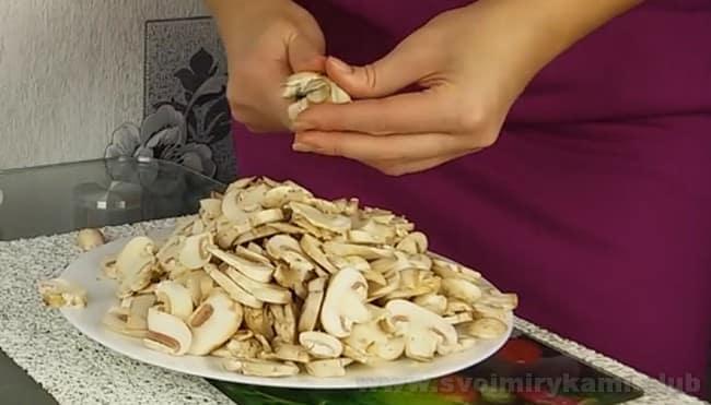Наиболее подходящие грибы для салата с курицей и черносливом - шампиньоны.