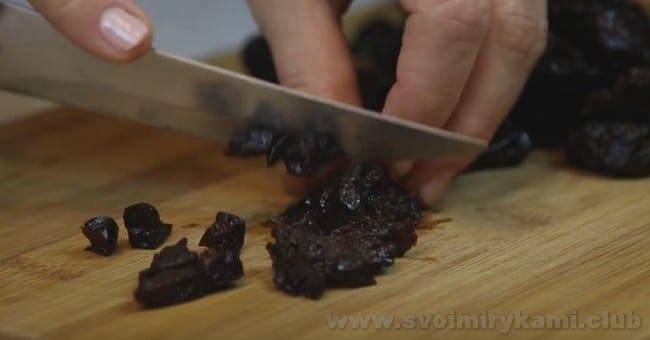 Для салата с курицей чернослив нарезаем соломкой.
