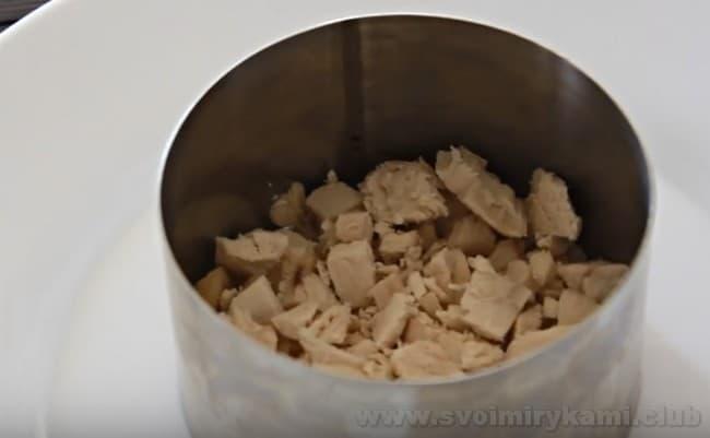 Салат, в который входит чернослив, курица, грецкий орех и огурец, можно сделать слоеным.