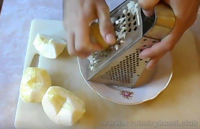 Салат с курицей и черносливом и яблоком получится очень свежим благодаря яблочной кислинке.