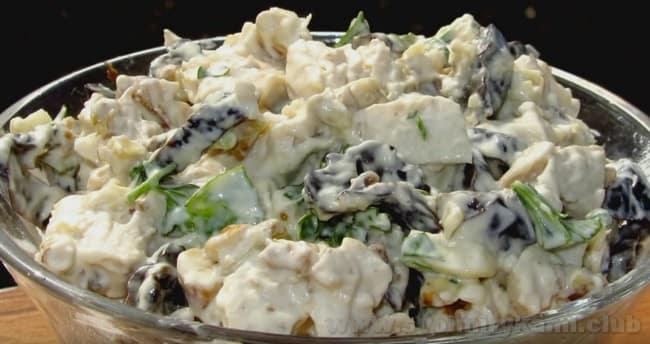 Салат с курицей и черносливом и яблоком можно просто смешать и подать в обыкновенном салатнике, без слоев.