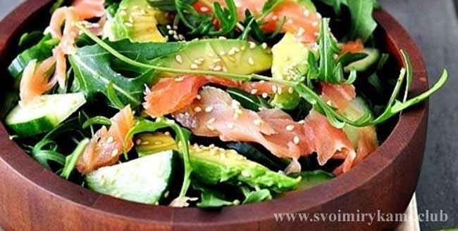 Подаем вкусный салат с рукколой и авокадо с семгой на стол