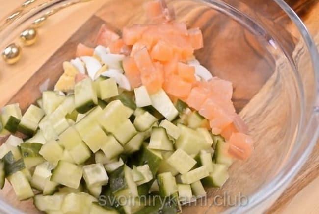 Смешайте все ингредиенты для приготовления салата с семгой.