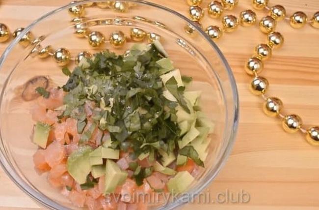 Осталось добавить майонез в салат из слабосоленой семги.