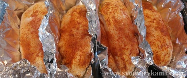 Запекаем куриное филе для салата из курицы