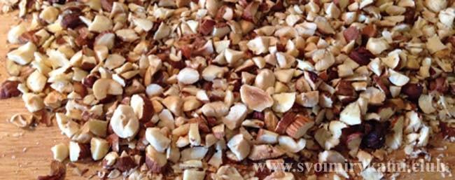 Дробим орехи для салата из курицы