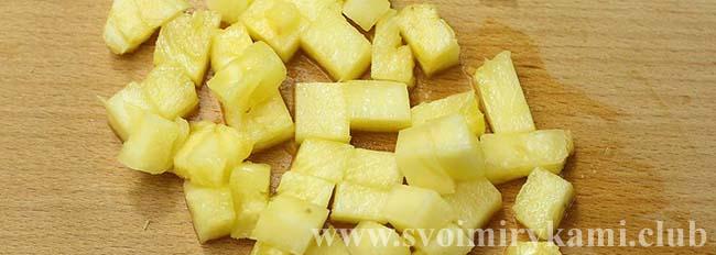 Нарезаем ананас для салата Царский