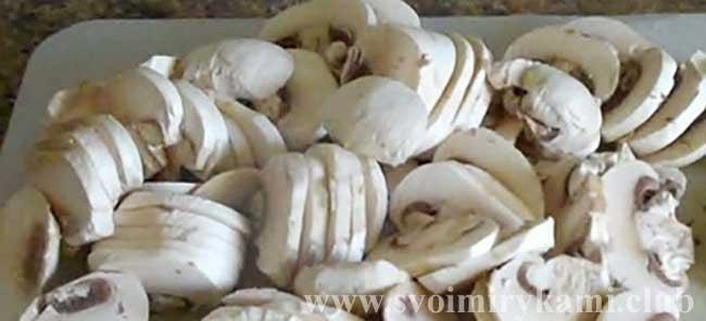 Нарезаем грибы для салата Царский