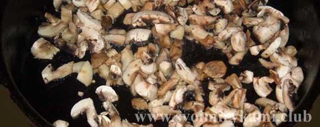 Поджариваем грибы для салата Царский