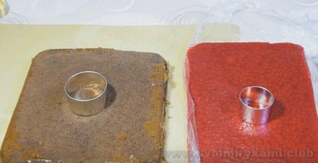 Для муссовых пирожных выдавите из бисквита и ягодного конфи кружочки.