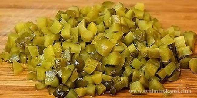 Нарезаем соленые огурцы в соус для котлет