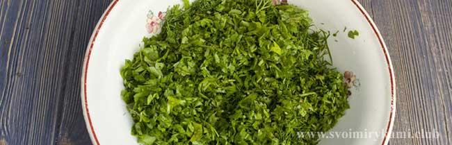 Нарезаем зелень в соус для котлет