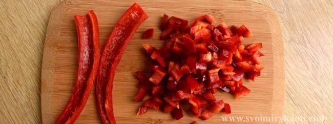 Нарезаем перец чили в соус для котлет