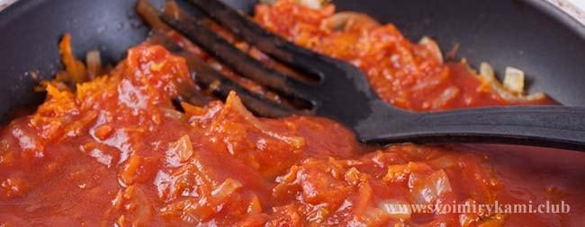 Добавляем томатную пасту в соус для котлет