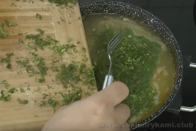 Под конец приготовления добавьте в суп из баранины мелко нарезанную зелень.