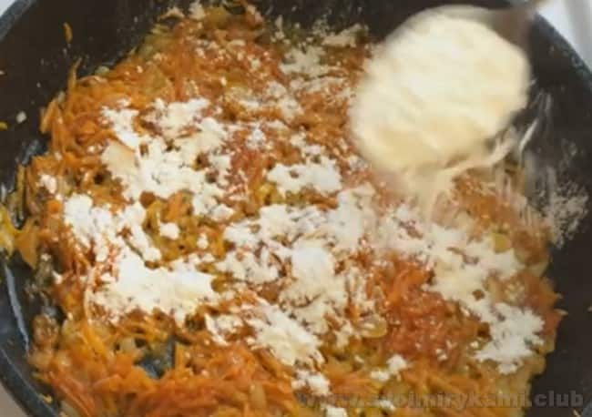 Чтобы суп из баранины с картошкой был более густым, добавим в зажарку немного муки.