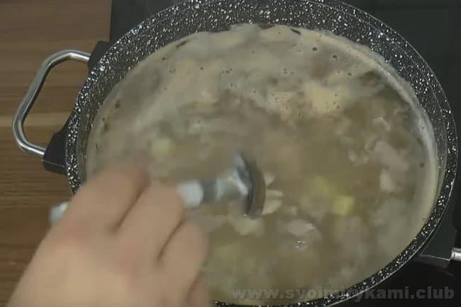 Суп из баранины с картошкой варится достаточно быстро.