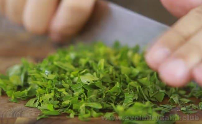Не забудьте добавить в суп из баранины свежую зелень.