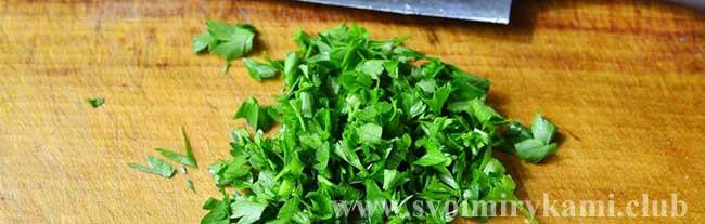 Шинкуем зелень для супа из говядины