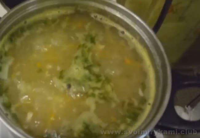 После того, как выключите кастрюлю с супом из консервированной горбуши, дайте ему немного настояться - это усилит вкус.