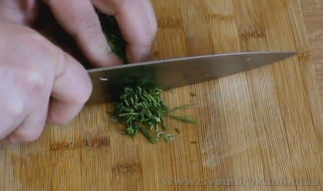 В самом конце готовки добавьте в суп из консервированной горбуши немного зелени.