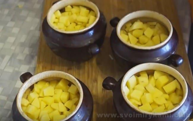Суп из консервированной горбуши в горшочках можно подавать даже гостям.