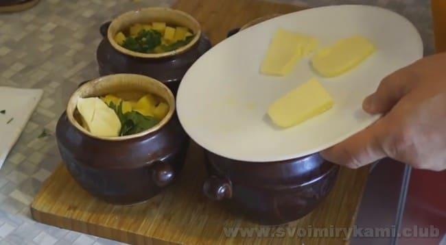 В суп из консервированной горбуши в горшочках желательно добавить по кусочку сливочного масла.