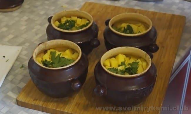 Петрушка придаст супу из консервированной горбуши более насыщенный аромат.