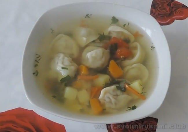 Суп с пельменями и овощами - также отличный вариант для обеда.