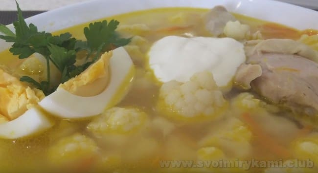 При подаче добавьте в суп с цветной капустой немного зелени и сметаны.