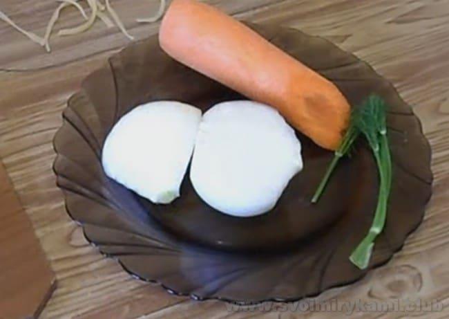 Суп-лапша с курицей требует легкой зажарки.