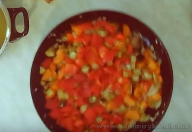 """В зажарку для итальянского овощного супа """"Минестроне"""" добавляем болгарский перец."""