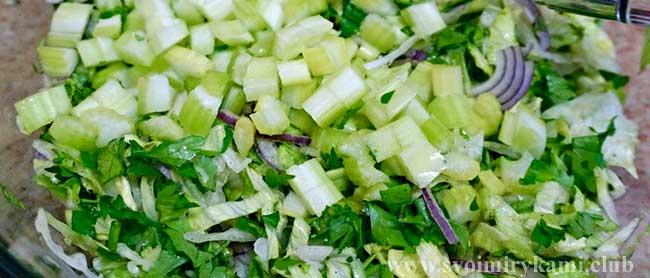 Нарезаем зелень для для крем супа из брокколи в мультиварке