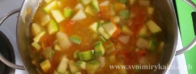 Заливаем ингредиенты водой для супа-пюре с кабачками и картофелем