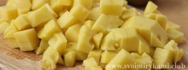 Нарезаем картофель для супа-пюре с кабачками и картофелем