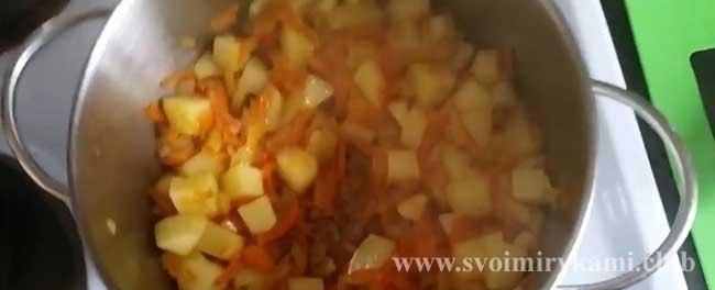 Перекладываем все со сковородки в кастрюлю для супа-пюре с кабачками и картофелем