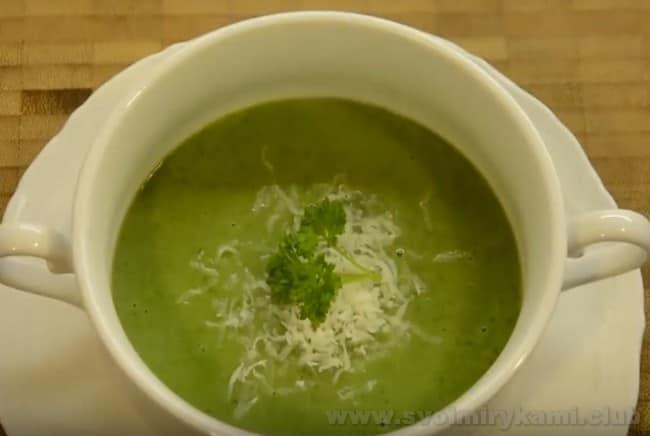 Шпинатный суп-пюре - очень яркое и красивое блюдо, а с добавлением сливок он превратится в ароматный крем-суп из шпината.