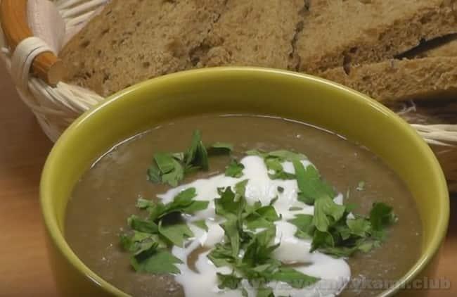 Подавайте суп-пюре из зеленой чечевицы со сметаной или йогуртом.