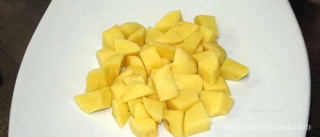 Нарезаем картофель для супа с галушками