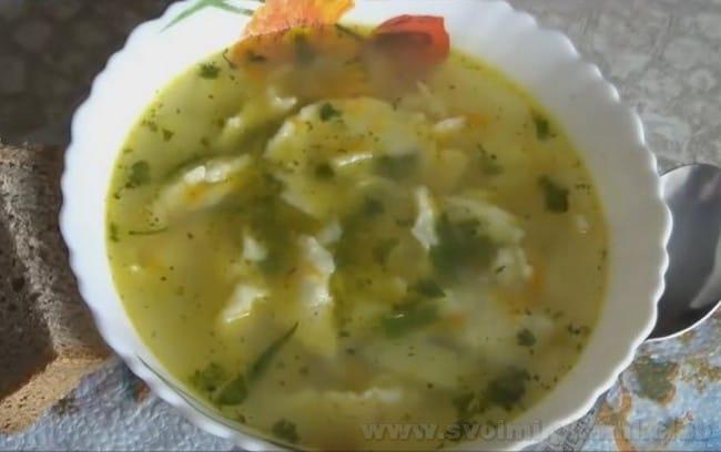 Подавайте суп с клецками на курином бульоне со свежей зеленью.