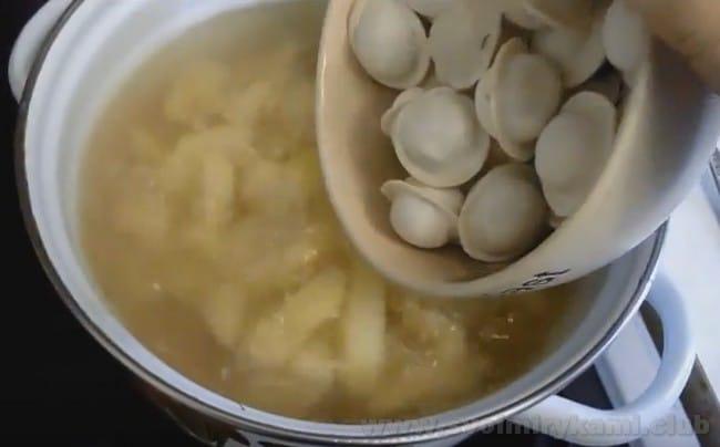 Суп с пельменей с картошкой сможет приготовить даже ребенок.