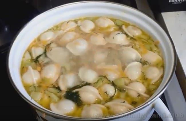Суп с пельменей с картошкой - это лучший рецепт для быстрого и сытного обеда.