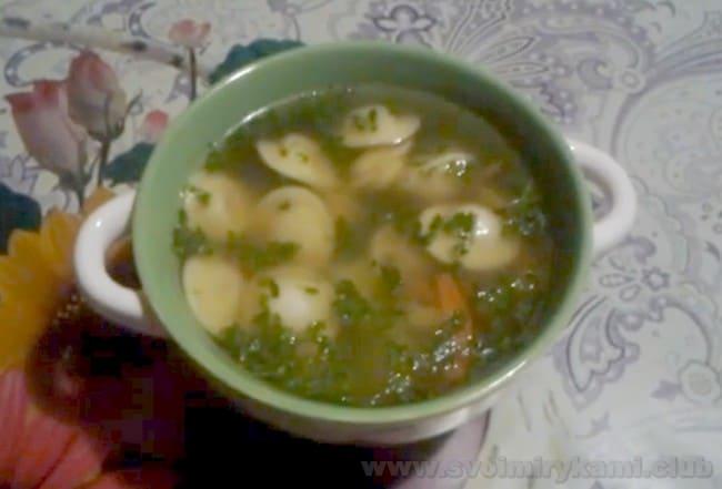 Суп с пельменями подавайте с зеленью.