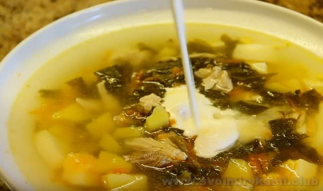 В суп со щавелем на курином бульоне при подаче можно добавить сметану.