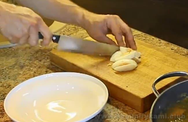 Для супа со щавелем на курином бульоне понадобится также вареное яйцо.
