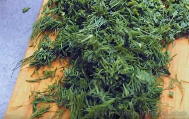 Сырный суп с грибами непременно надо украсить зеленью.