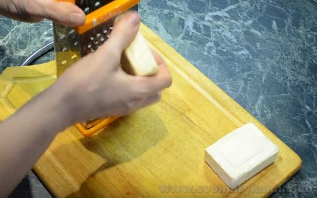 Чтобы приготовить сырный суп с грибами, натрите плавленные сырки на крупной терке.