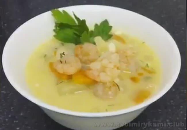 Сырный суп с креветками при подаче на стол можно украсить зеленью и несколькими крупными креветками.