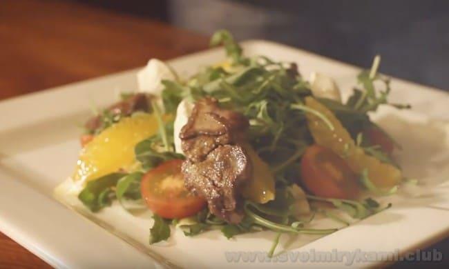 Проследите, чтобы теплый салат с куриной печенью и рукколой не остыл перед подачей на стол.